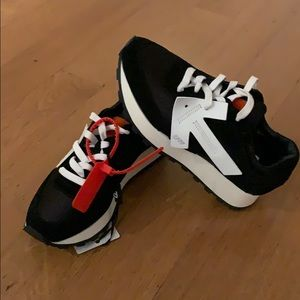 Off-white low-top suede and mesh sneakers!